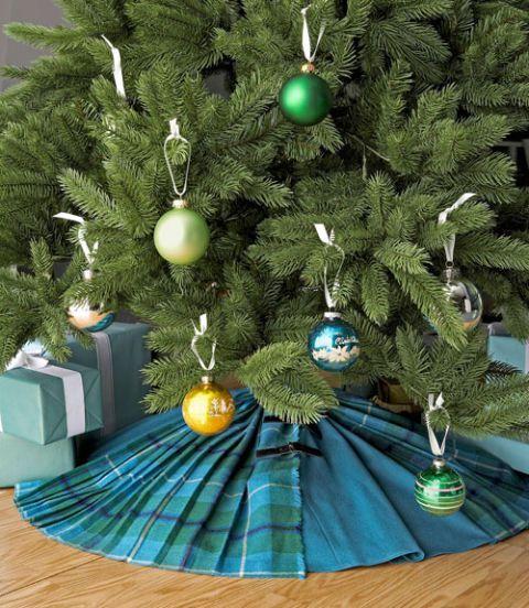 DIY Christmas tree skirt idea.