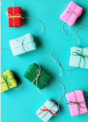 Gift garland to brightened Christmas tree.