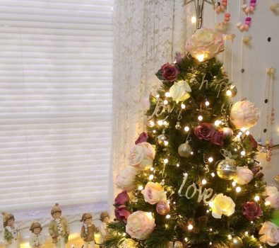 Magical floral Christmas tree decor.