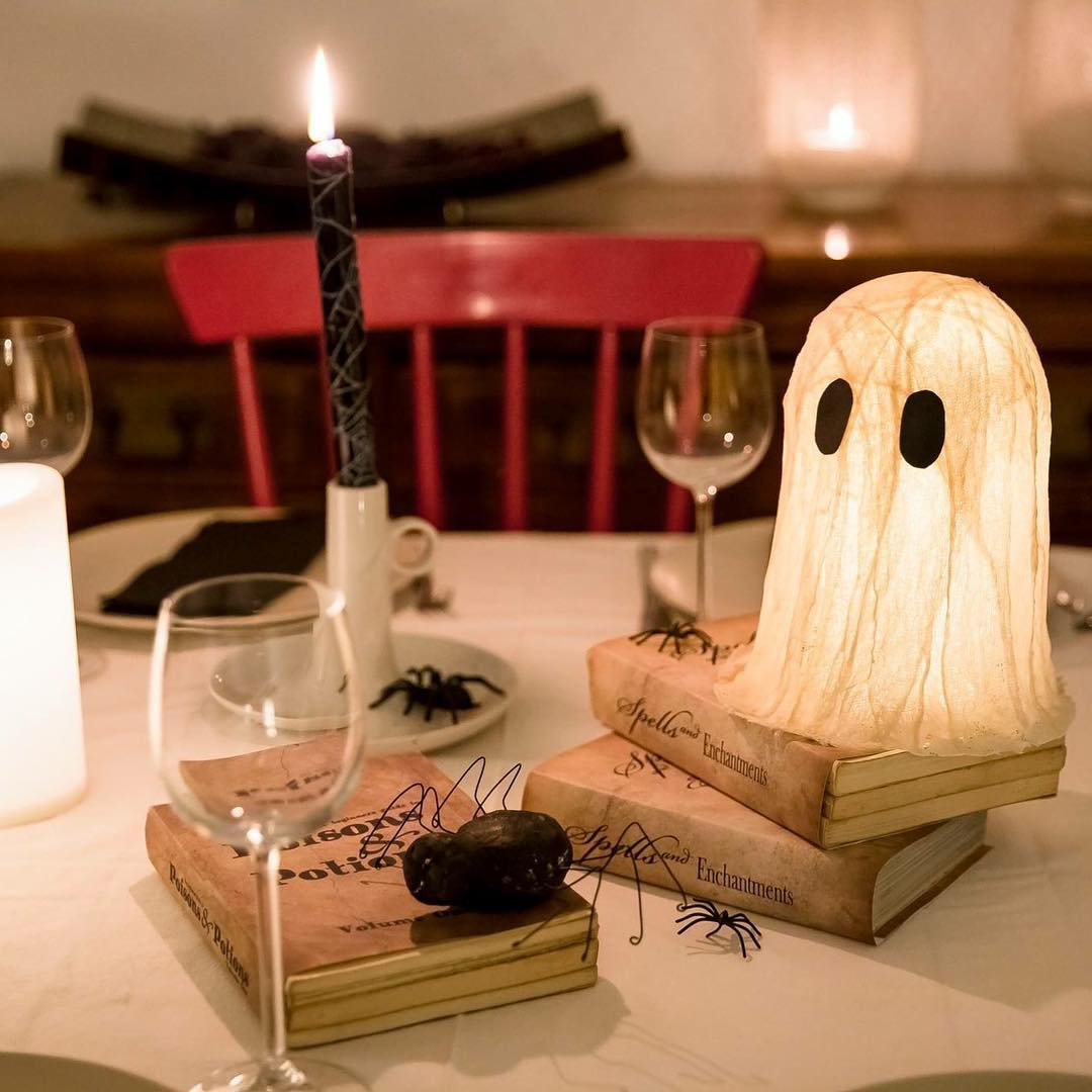 Quick Halloween dinner table with spiders, ghosts and candles.