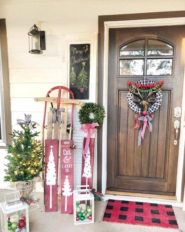 Reindeer in wreath with pallet board decor idea.