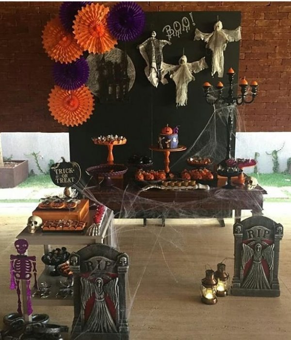 Smarty decorated Halloween party table.