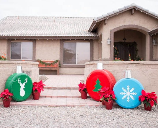Turn old tyres into Christmas ornaments for outdoor decor.