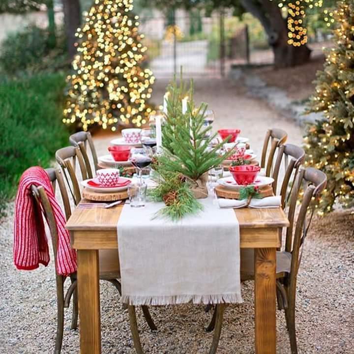 Amazing outdoor Christmas table setting.