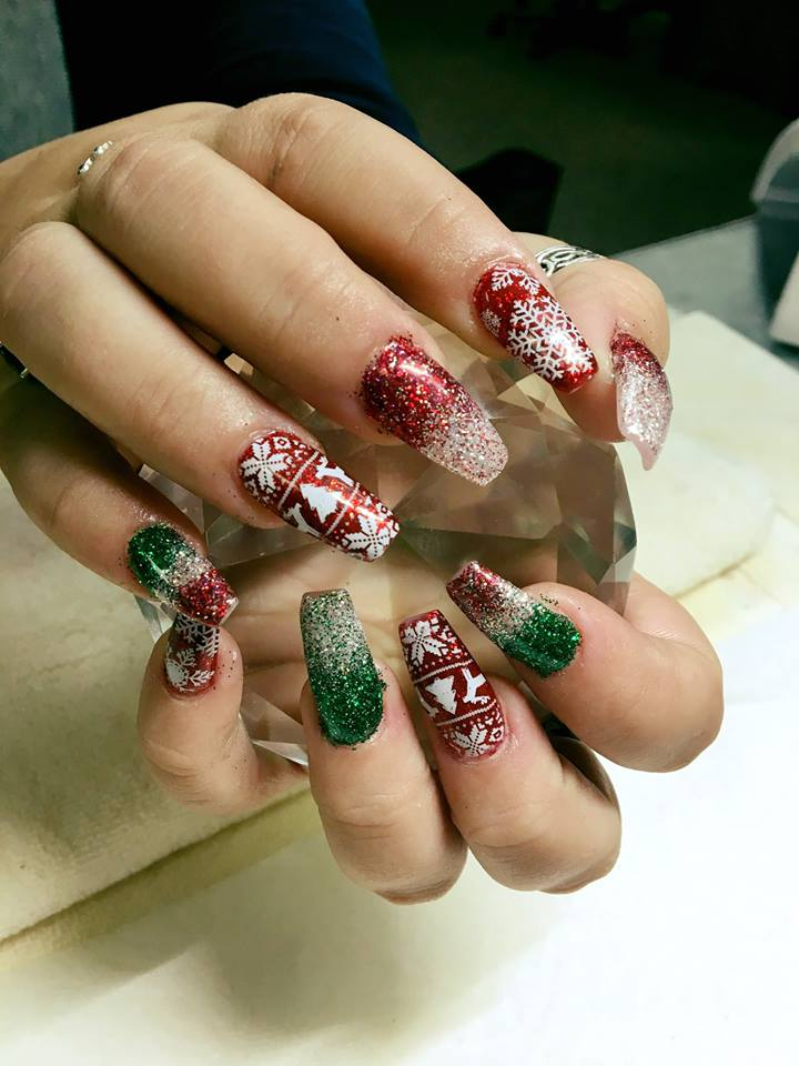 Charismatic red and green nails with snowflakes.