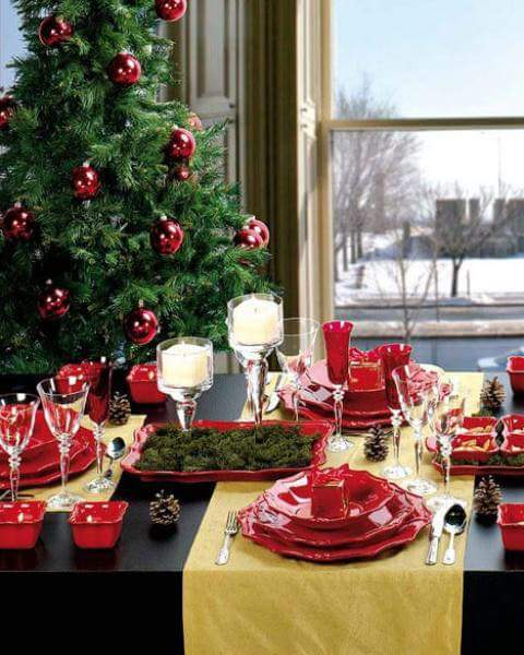 Chic red theme Christmas table decoration with ceramic cutlery.