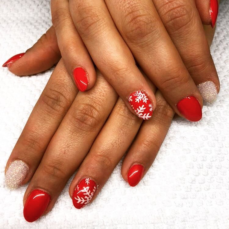 Exclusive red snowflakes nails.