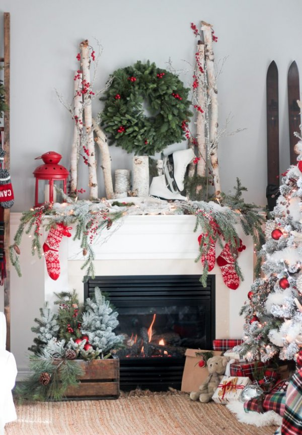 Mind-blowing farmhouse style Christmas fireplace decoration.