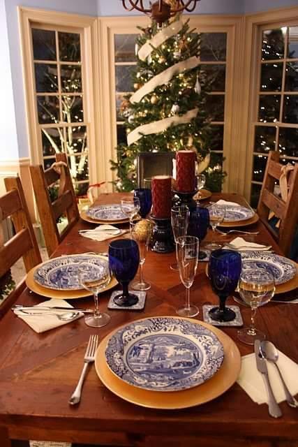 Ravishing Christmas table decoration idea.