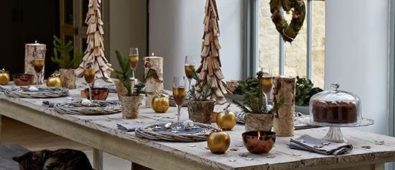 Stunning rustic touch Christmas decoration idea for dinning area.