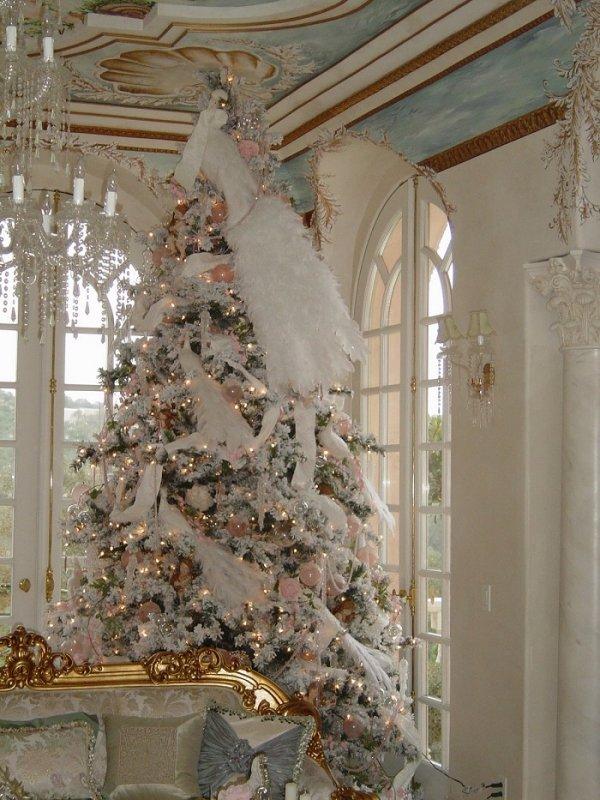 Versatile white Christmas tree with vintage decoration.