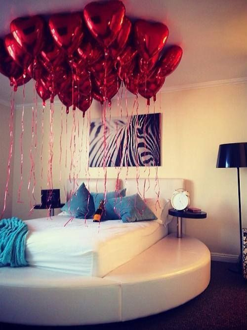 Awesome idea to decorate bedroom with balloon bouquet.