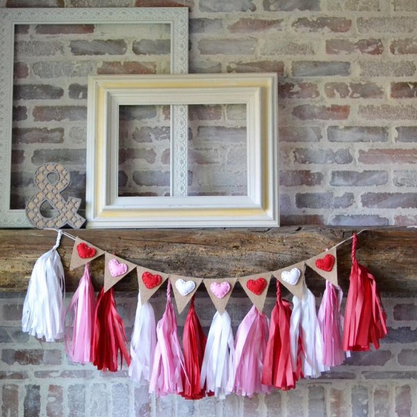Exclusive pink, red and white garland with hearts.