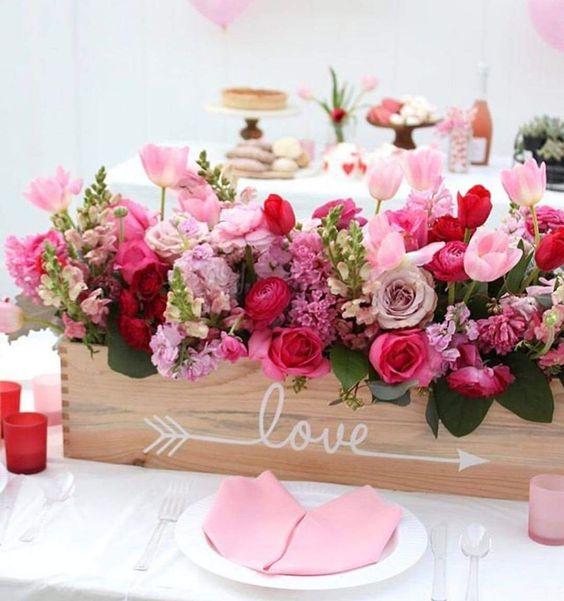 Impressive flower decoration in wooden box.