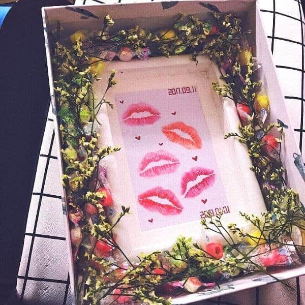 Kiss print photo frame for gift.