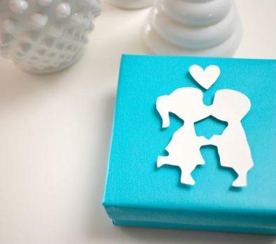 Kissing couple gift wrap idea.