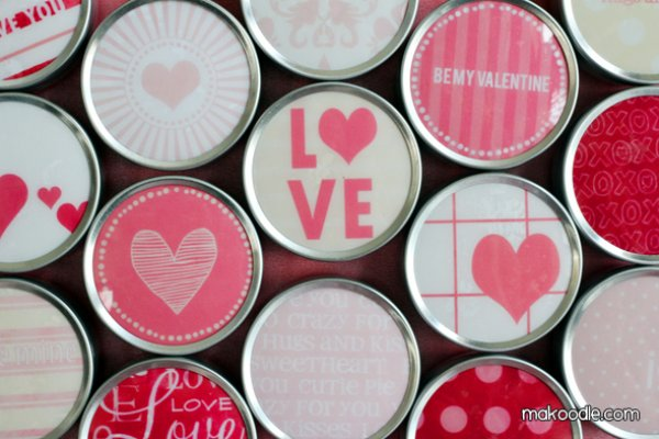 Magnetic tin used as Valentine's day calender.