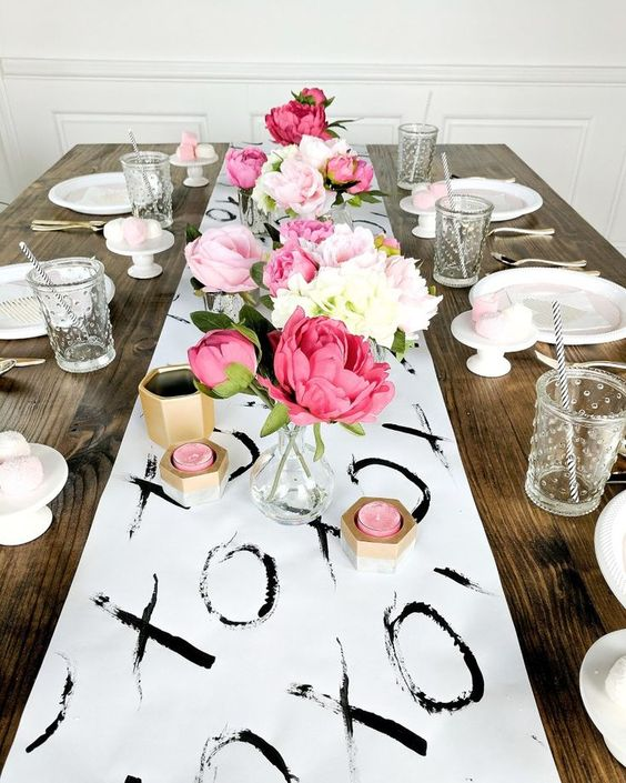Marvelous table decoration with fresh flowers and XOXO tablescape.
