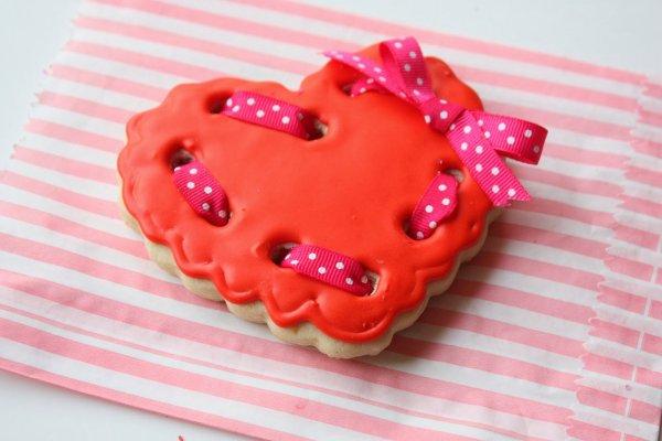 Polka dots ribbon heart cookies.