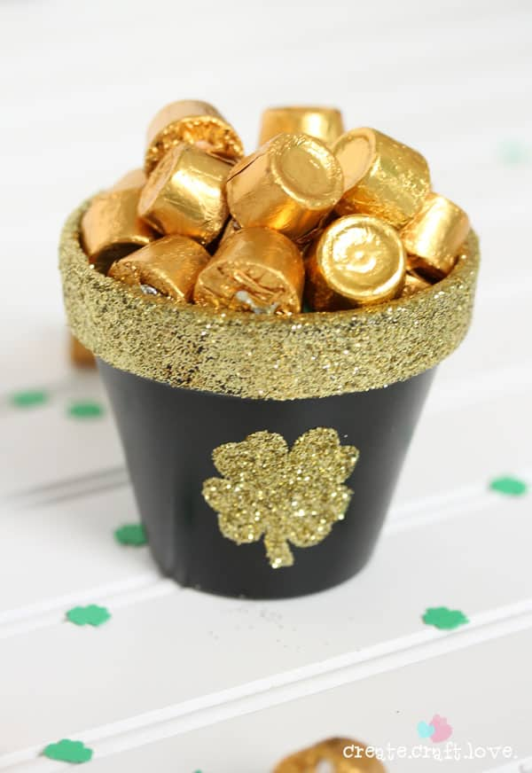 Glittery St. Patricks day pot-o-gold.