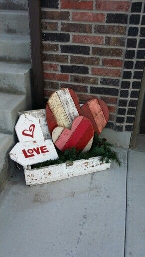 Pallet love sign porch decoration idea.