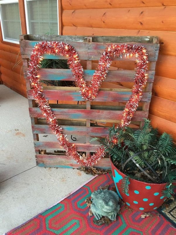 Repurposed pallet Valentine craft.