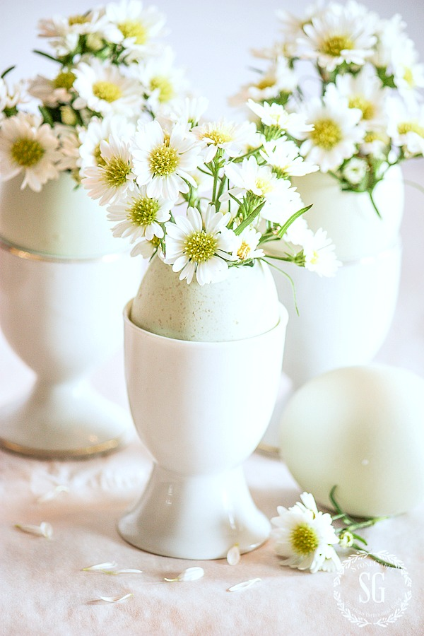 Pretty Easter egg with daisies.