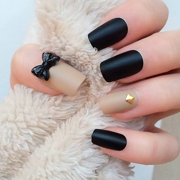 Classic black and beige bow nails.