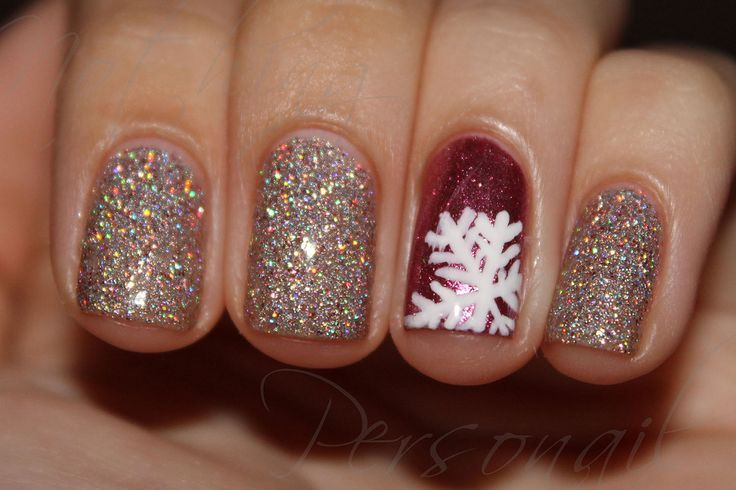 Sparkling Christmas party nails.